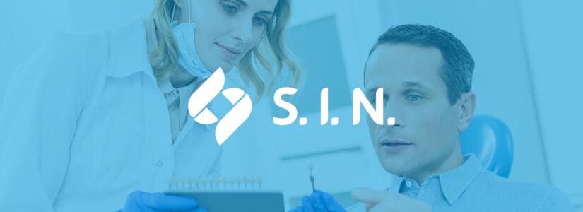 Dentistas pesquisadores observando resultados obtidos com marketing de conteúdo e inbound marketing para ilustrar case S.I.N. - Conteúdo Online