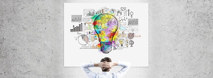 Homem sentado olhando para painel com ilustração de planejamento de marketing de conteúdo