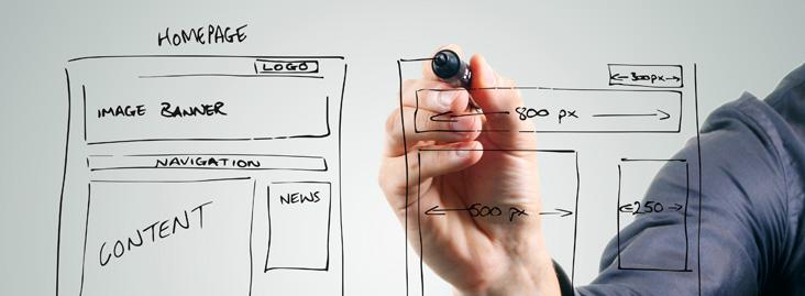 Homem planejando dois sites distintos para construir autoridade de conteúdo - Conteúdo Online